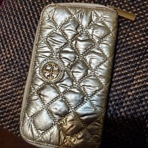 TORY BURCH WALLET** GOLD QUILTED.